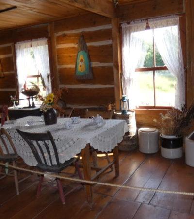 séjour antique de la maison de la ferme du parc oméga voyagespia 1024x576 400x450 - Châteauguay